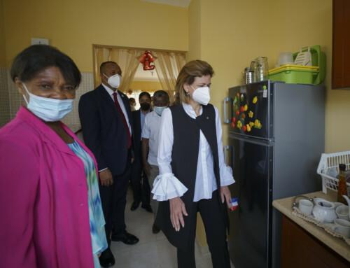 Vicepresidenta entrega vivienda a maestra de 67 años en Hato Nuevo
