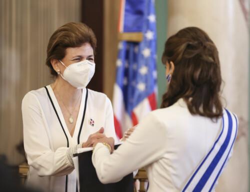 Raquel Peña participa en condecoración de Embajadora de Estados Unidos