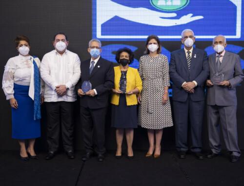 Vicepresidenta participa en celebración del Día del Odontólogo y entrega reconocimientos junto al director del SNS